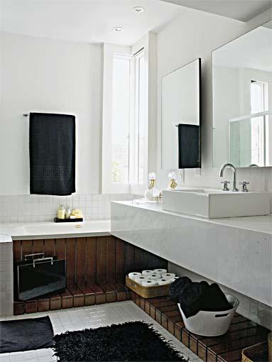 banheiro branco com detalhe de madeira