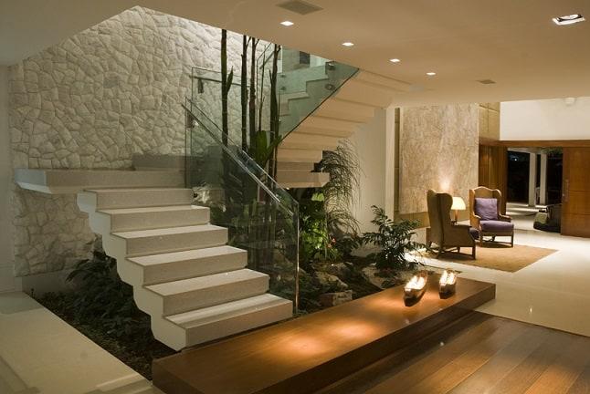 Escada moderna com vegetacao embaixo