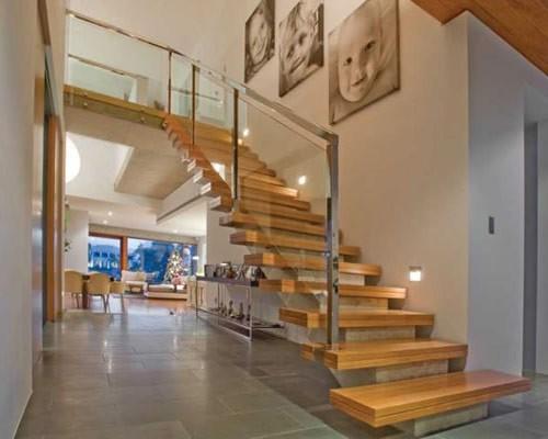 escada com balizadores moderna com decoracao