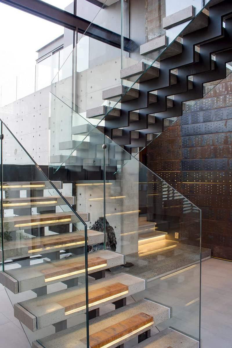 escada de concreto e madeira com iluminacao