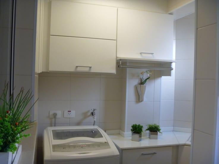 Essa é uma lavanderia bem pequena, organizada e muito fácil de ser encontrada nos apartamentos de hoje em dia. É um projeto desenvolvido pela designer Ana Laura Toledo Wolcov.