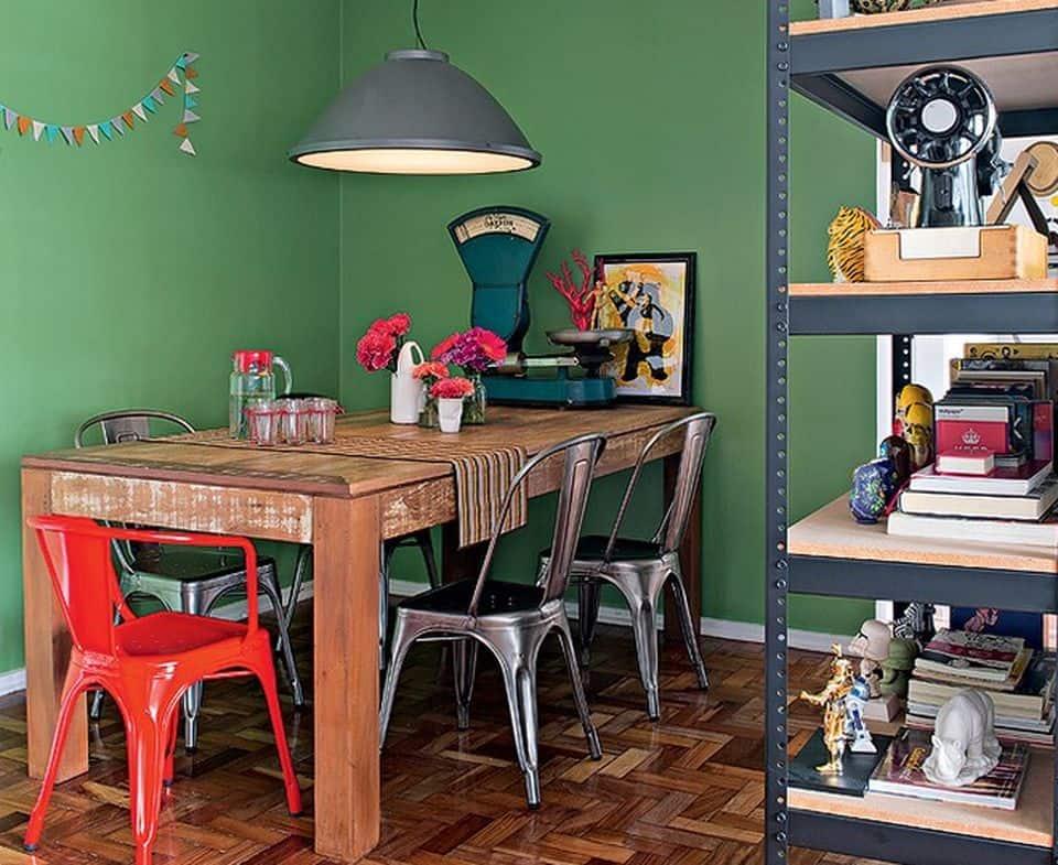cadeiras de design em sala de jantar rustica