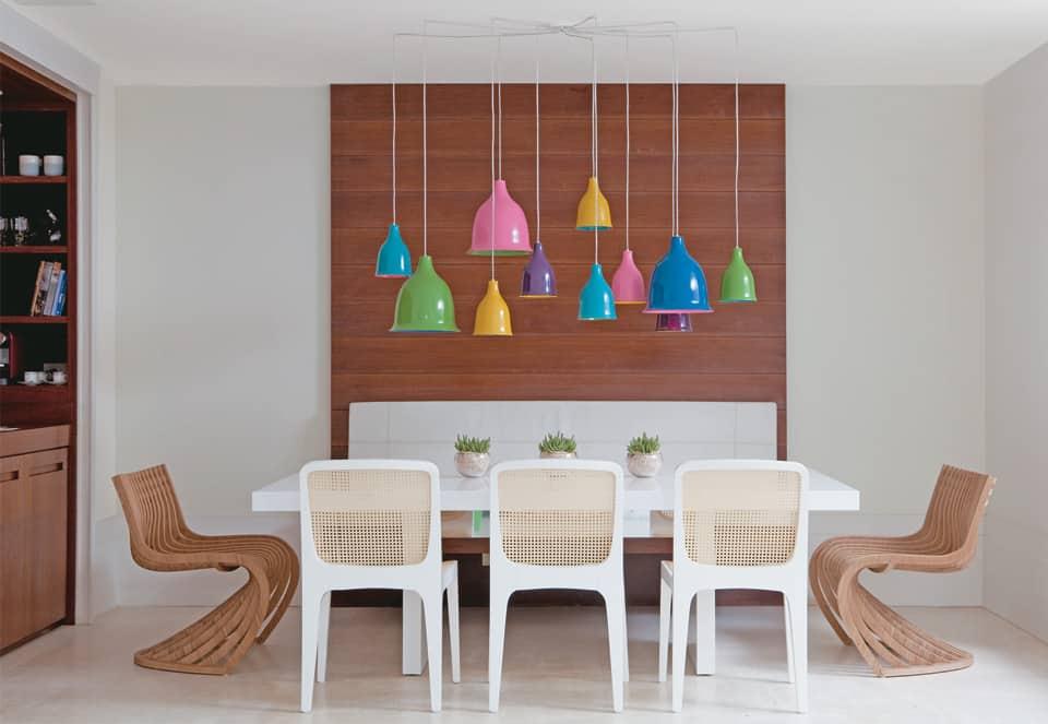 cadeiras de design rusticas em sala moderna