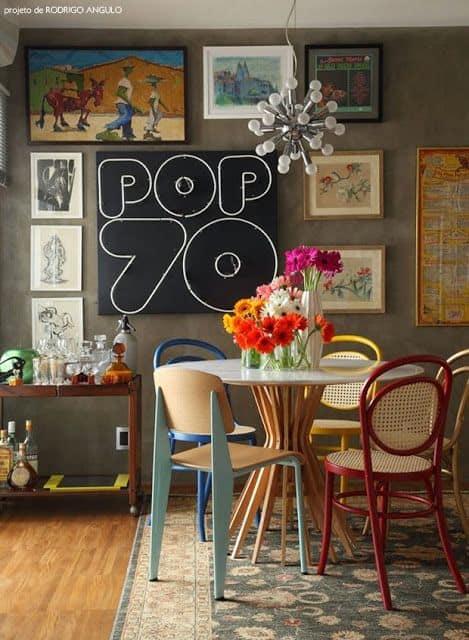 sala de estar moderna com cadeiras retro