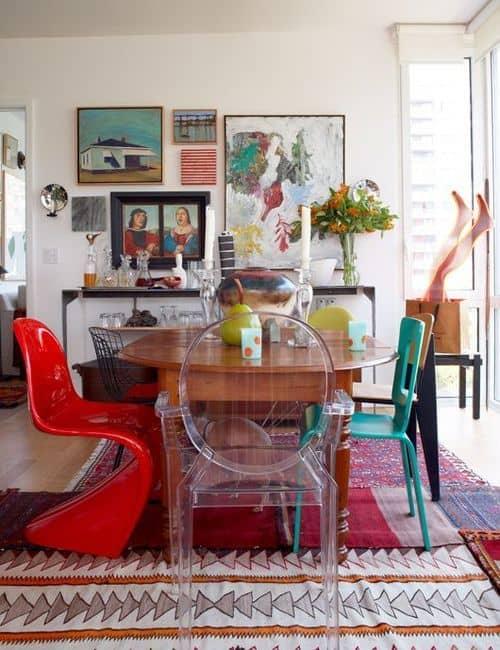sala de jantar com muitas cadeiras de design