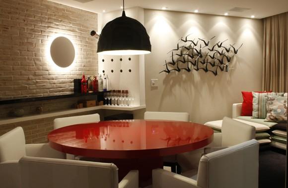 sala de jantar moderna com mesa vermelha elegante