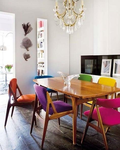 sala de jantar retro com cadeiras coloridas