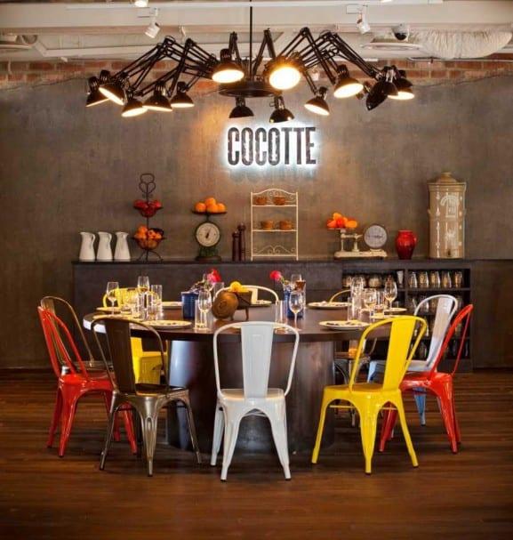 sala de jantar retro com cadeiras metalicas coloridas