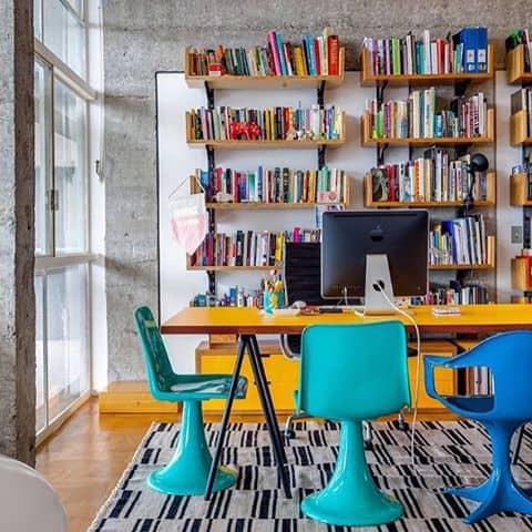 escritorio-colorido-com-mesa-amarela