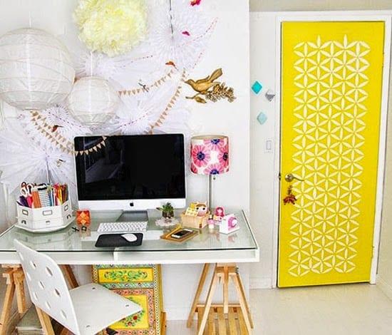 home-office-com-decoracao-fofa-e-amarela