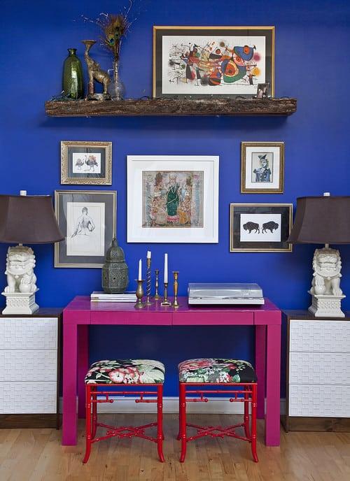 home-office-com-mesa-rosa-pequena-e-decoracao