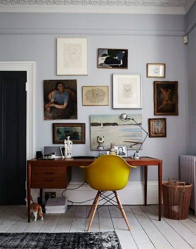 home-office-pequeno-com-mesa-de-madeira-e-quadros