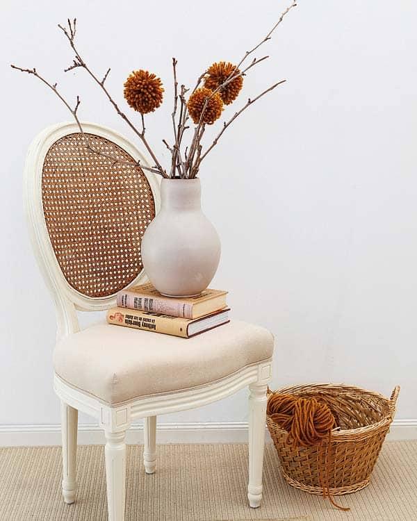 Cadeira decorativa com livros na decoracao