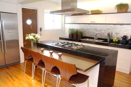 cozinha planejada com bancada americana ilha