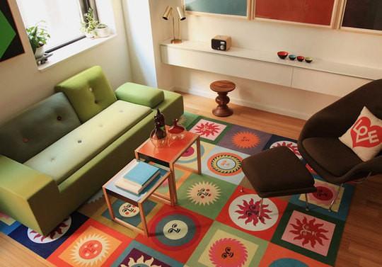 Sala com decoracao e tapete colorido sol