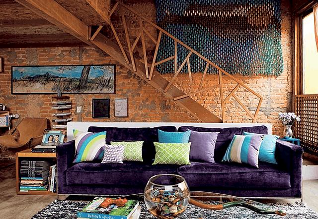 12 sofa roxo escuro na decoracao rustica