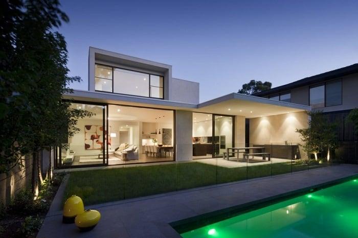 Casa contemporanea com vidros