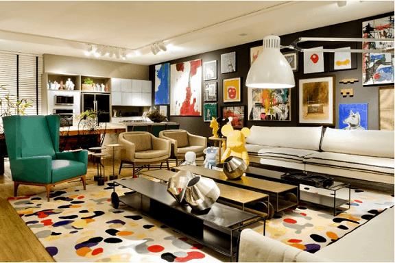 sala colorida com quadros com tapete estampado