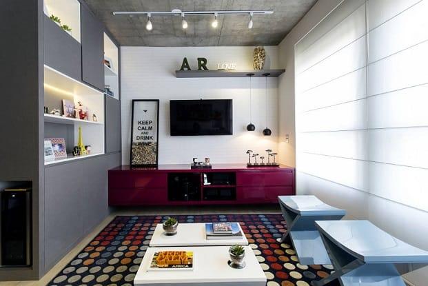 sala de tv colorida com tapete de bolinhas