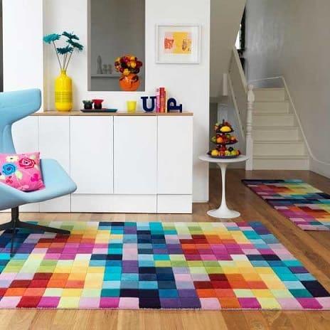 tapete com quadrados coloridos no estar
