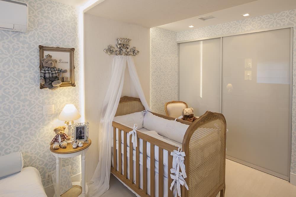 berco classico em quarto moderno de bebe