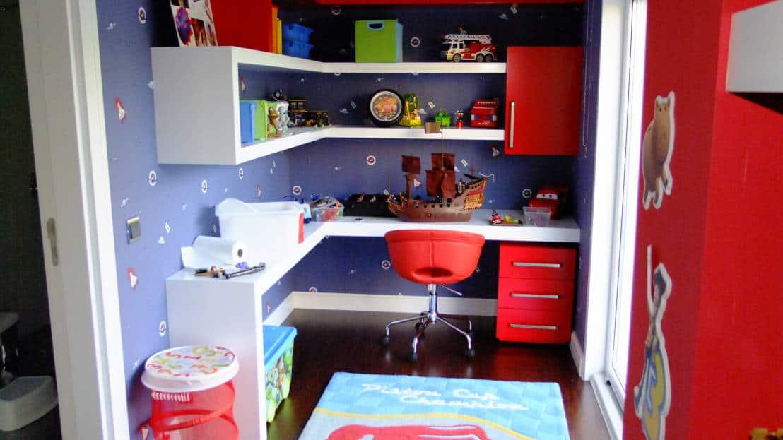 quarto infantil de menino vermelho e azul