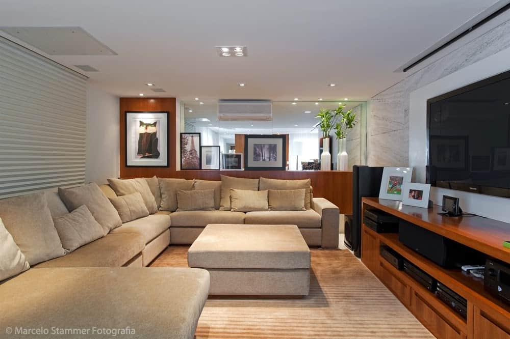 sala com sofa de canto bege grande