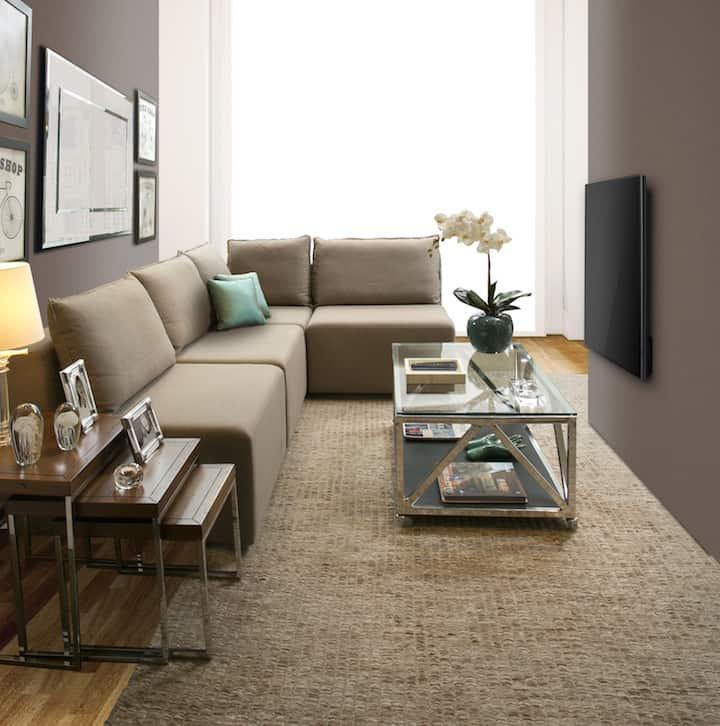 sala pequena com sofa de canto e mesa de centro