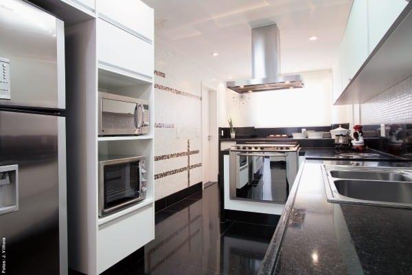 01 cozinha branca com eletros em inox e piso preto