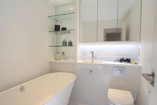 04 banheiro pequeno branco com banheira