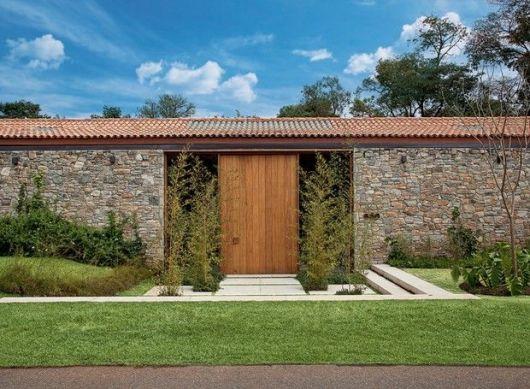 04 fachada com muro de pedra