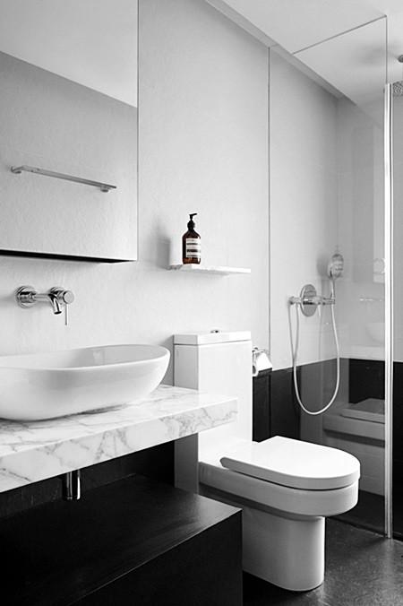 30 ambientes com piso preto dicas e ideias com for Bathroom design minimalist style