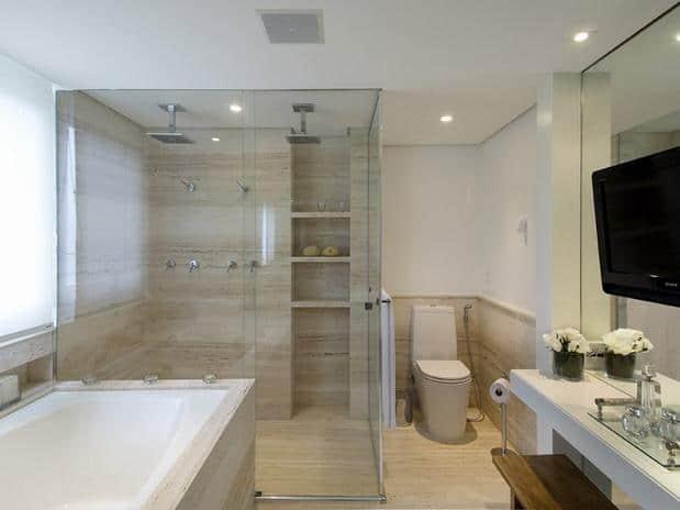 16 banheiro com banheira grande e dois chuveirs