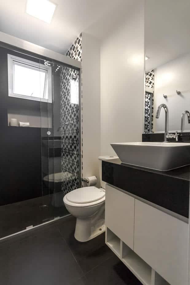 30 FOTOS de ambientes com piso preto porcelanato, laminado -> Banheiro Pequeno Com Porcelanato Preto