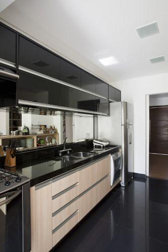 26 cozinha pequena corredor piso e moveis preto