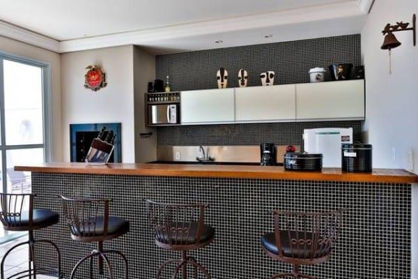 Cozinha com pastilha pretas na decoracao