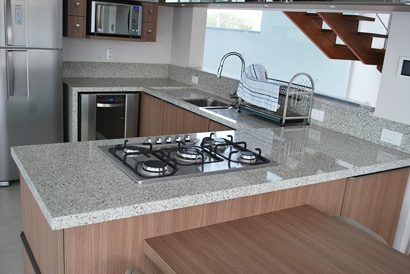 Cozinha em L com granito branco ceara