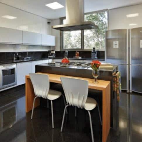 cozinha com piso preto