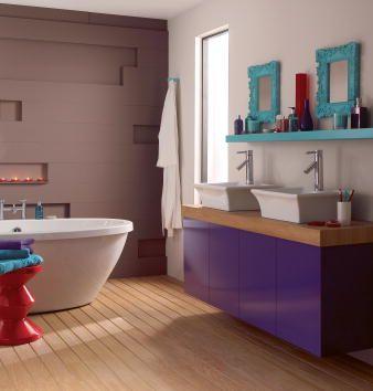 armario roxo no banheiro com tampo madeira