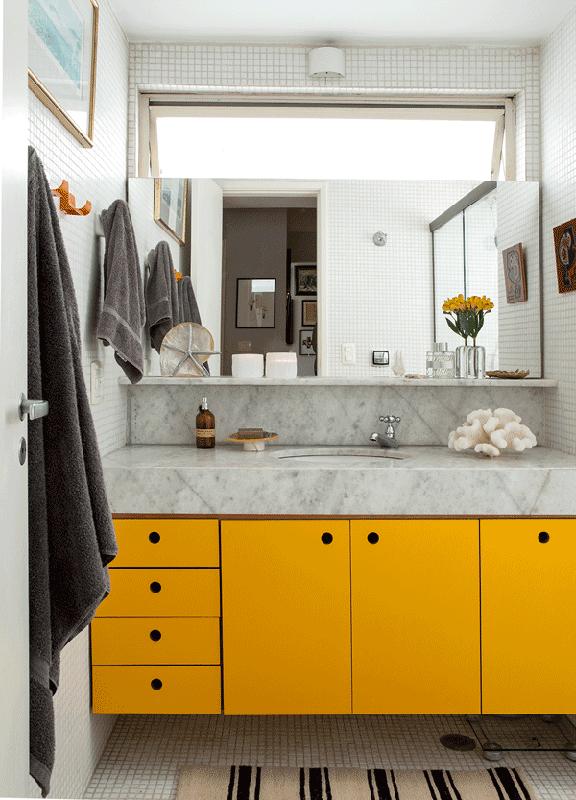 movel amarelo e moderno no banheiro
