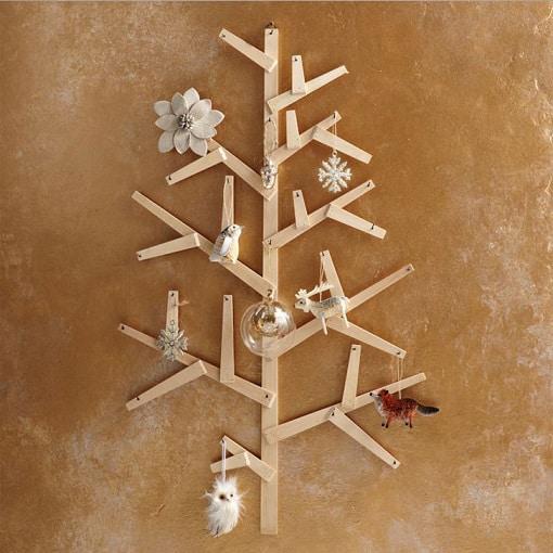 decoracao-com-arvore-de-natal-com-madeira-na-parede