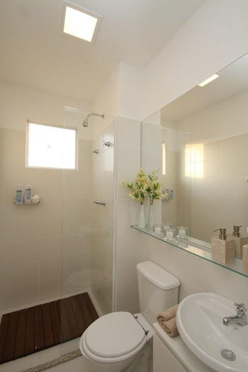 Prateleiras de vidro 30 ideias e sugestões para usar -> Banheiro Com Pastilha Embaixo Do Espelho