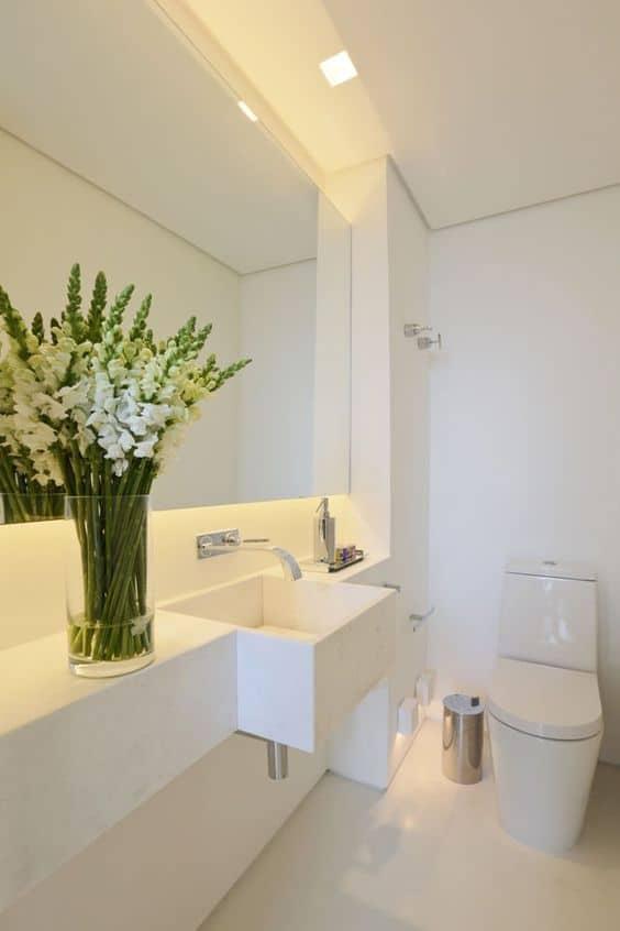 #474711 40 fotos de banheiros brancos com toque de cor 564x846 px Banheiro Simples Todo Branco 2018 3801