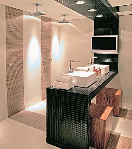 banheiro moderno com chuveiros de teto e bancada de pastilha