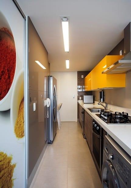 Cozinha pequena e amarela