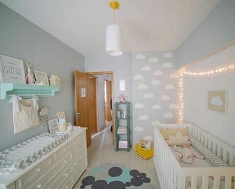 dormitorio de bebe fofo com nuvens