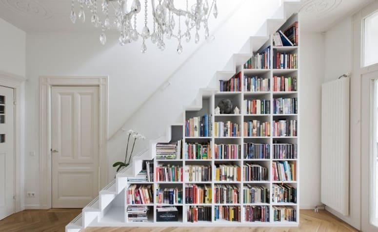 Escada com estante para livros embaixo