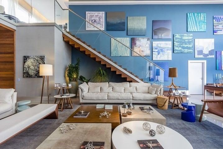 Escada revestida de madeira na sala de estar