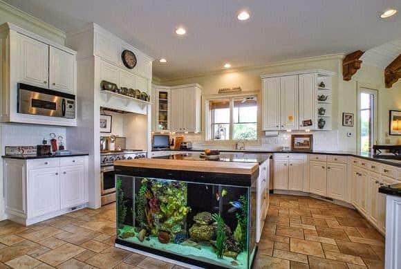 cozinha-classica-com-aquario-na-bancada