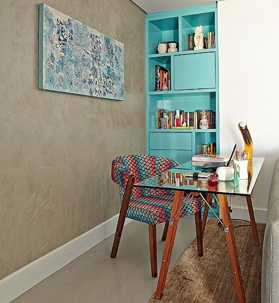 home-office-pequeno-com-estante-azul